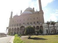 エジプトの首都カイロで、ムカッタムの丘の上に建てられたムハンマド・アリー・モスク、手前の植木は「アラー(イスラム教の神)」と読めるよう手入れされている=2015年12月1日午前11時16分、秋山信一撮影