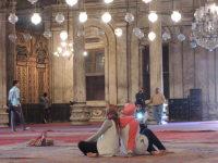 エジプトの首都カイロで、ムハンマド・アリー・モスクの内部で記念撮影する女性ら=2015年12月1日午前11時31分、秋山信一撮影