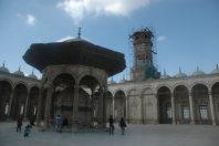 エジプトの首都カイロで、ムハンマド・アリー・モスクの中庭にある大時計(中央右)。ルクソール神殿のオベリスクを贈った返礼としてフランスから受け取った=2015年12月1日午前11時4分、秋山信一撮影