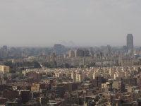 エジプトの首都カイロで、ムカッタムの丘から一望したカイロ市街。遠くにギザのピラミッドが見える=2015年12月1日午前11時35分、秋山信一撮影