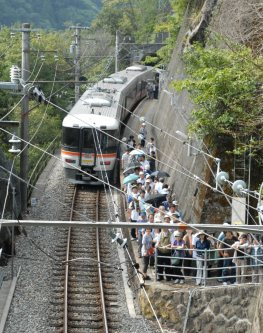 JR急行「飯田線秘境駅号」=JR飯田線田本駅で2010年9月20日午後2時22分、仲村隆撮影