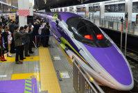 出発するアニメ「エヴァンゲリオン」のデザインを施した山陽新幹線500系=福岡市博多区のJR博多駅で2015年11月7日午前6時36分、須賀川理撮影
