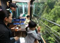 南海高野線「天空」。車窓からの展望を楽しむ家族連れ=和歌山県で2009年4月27日午後2時4分、内林克行撮影