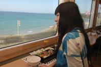 肥薩おれんじ鉄道の観光列車「おれんじ食堂」。窓いっぱいに広がる東シナ海を見ながら、地元産の料理に舌鼓。夕方の便は夕日もきれいだ=2013年3月6日、寺田剛撮影