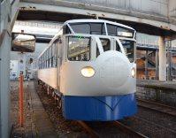 JR予土線「鉄道ホビートレイン」=高知県四万十町琴平町のJR窪川駅で2014年12月12日午前7時26分、岩間理紀撮影
