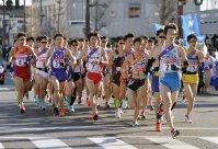 スタート直後、集団で走る選手たち=前橋市で2016年1月1日午後9時18分、猪飼健史撮影
