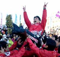 優勝して、胴上げされるトヨタ自動車の佐藤敏信監督=前橋市で2016年1月1日午後2時8分、望月亮一撮影