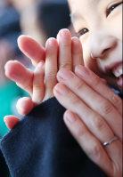 A young girl places her hands together at Meiji Jingu shrine in Shibuya Ward, Tokyo, on Jan. 1, 2016. (Mainichi)