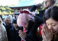 People pray at Meiji Jingu shrine in Shibuya Ward, Tokyo, on Jan. 1, 2016. (Mainichi)