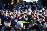 Police officers manage the crowd of shrine visitors at Meiji Jingu shrine in Shibuya Ward, Tokyo, on Jan. 1, 2016. (Mainichi)
