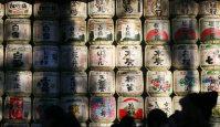 Straw barrels given as shrine offerings are seen stacked up along the path at Meiji Jingu shrine in Shibuya Ward, Tokyo, on Jan. 1, 2016. (Mainichi)