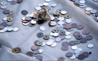 A 1,000-yen bill is seen among coins donated to Meiji Jingu shrine in Shibuya Ward, Tokyo, on Jan. 1, 2016. (Mainichi)