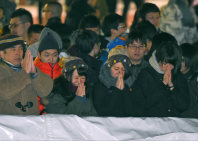 People pray for the New Year at Hokkaido Shrine in Chuo Ward, Sapporo, on Jan. 1, 2016. (Mainichi)
