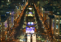The view of Odori Park in downtown Sapporo from the observation deck of the Sapporo TV Tower, 90.38 meters above the ground. (Mainichi)