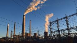白煙を上げる石炭火力発電所=ウェストバージニア州チャールストン近郊で、清水憲司撮影