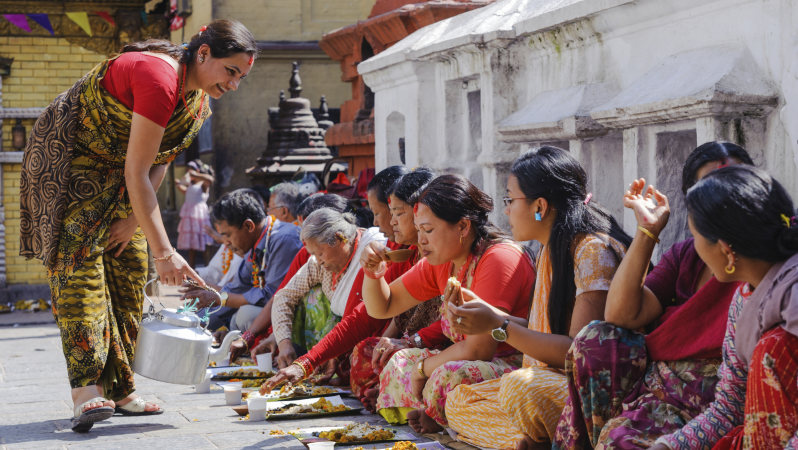 公開結婚式で朝食をとる人々=ネパール・カトマンズ盆地の仏教寺院