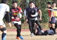 練習する弟の三瀬憲二朗さん(左から2人目)と兄の亮太郎さん(同3人目)ら、大阪府警ラグビー部の選手たち=大阪府大東市で、山崎一輝撮影