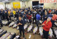 移転のため最後となった築地市場での生鮮マグロの初競り前、業者代表のかけ声で手をたたく仲卸業者たち=東京都中央区で2016年1月5日午前4時51分、猪飼健史撮影