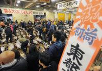 移転のため最後となった築地市場での初競りで生鮮マグロの値踏みをする仲卸業者たち=東京都中央区で2016年1月5日午前4時36分、猪飼健史撮影