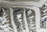【m】2015年8月14日、キルギスタン北東部の天山山脈=NASA提供