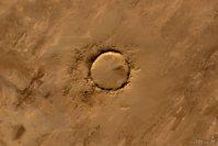 【O】2008年1月24日、モーリタニアにある隕石の衝突跡「テヌメル・クレーター」(直径1・9キロ)=NASA提供
