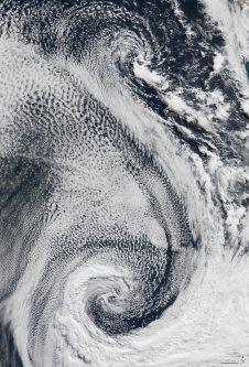 【S】2009年4月29日、大西洋上で巨大な渦を巻く雲の群れ=NASA提供