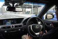 トヨタが公開した高速道路での自動運転車。公道での実験は、運転手の同乗や保安基準をクリアするなど条件が厳しい=東京都内の首都高速道路で2015年10月、竹地広憲撮影