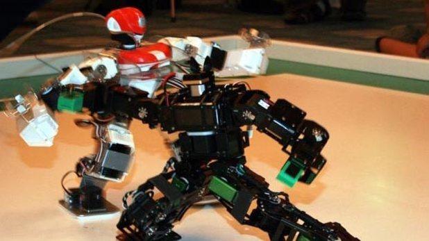 格闘技大会で闘う二足歩行ロボット=吉田製作所提供