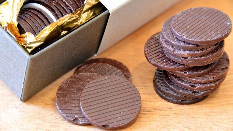 コイン型チョコレート「美しい鳥QUETZAL(ケツァール)」52枚入、税込2354円=小高朋子撮影