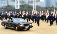 樋口真人・府警本部長が車上から視閲した式=大阪市中央区の大阪城公園で、小関勉撮影