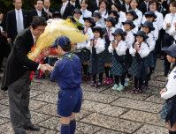 伊勢神宮に参拝し、ボーイスカウトの小学生から花束を贈られる安倍晋三首相=伊勢市で