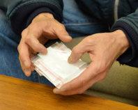 アルコール依存症の治療のために服用している抗酒剤を手にする男性=大阪市内で2015年12月23日、加古信志撮影