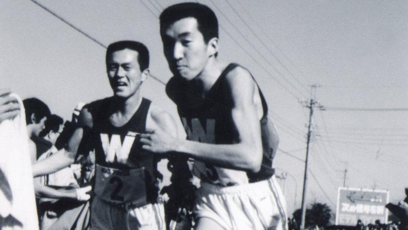 1979年の箱根駅伝で、瀬古利彦さんからタスキを受ける黒木亮さん(右)=講談社提供