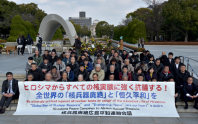 北朝鮮の核実験に反対し、原爆慰霊碑の前に座り込む被爆者ら=広島市中区の平和記念公園で2016年1月7日午後0時18分、山田尚弘撮影