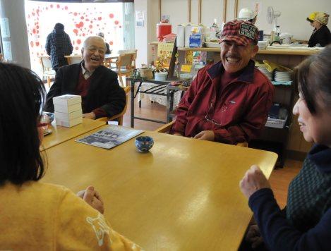 南粕谷ハウスでくつろぐ利用者と石井久子事務局長(右)=愛知県知多市南粕谷で、西田真季子撮影