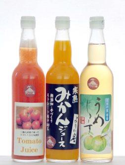 寄居町の「里の駅アグリン館」で販売している(左から)「トマトジュース」「寒熟みかんジュース」「うめじゅーす」