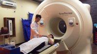 最新鋭の放射線治療装置トモセラピー。患者は台の上で寝ているだけで治療が進む=東京都江戸川区の江戸川病院で、河内敏康撮影