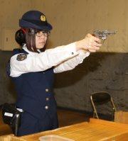 微動だにせずモデルガンを構える松久史帆里巡査=関市希望ケ丘町の県警察学校で