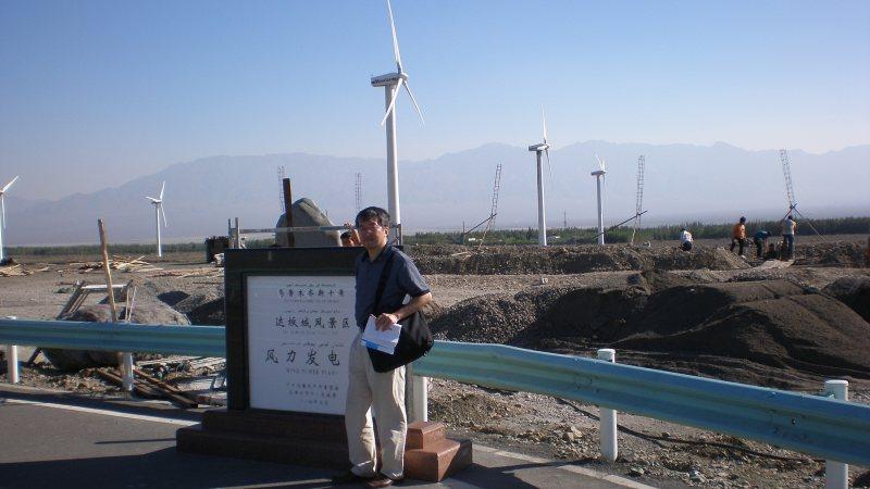 新疆ウイグル自治区の風力発電施設を訪れた黒木亮さん