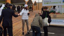 COP21の会場前では、地元産のリンゴを交渉関係者や記者に振る舞うサービスも行われた=坂井隆之撮影