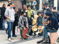 市中心部で楽器を奏でる若者ら。話を聞くと「ベンアリ政権時代より自由はあるので今のほうがいい。だが、仕事がなく将来が見通せない」と、皆が口をそろえた=チュニスで4日、賀有勇撮影