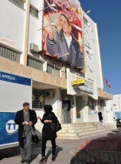 アラブの春の発端となった街には、焼身自殺を遂げた野菜売りの青年の写真が今も掲げられている=チュニジア中部シディブジドで5日、賀有勇撮影