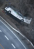 ガードレールを突き破り、崖下に転落したスキーバス=長野県軽井沢町で2016年1月15日午前7時25分、本社ヘリから