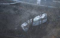 ガードレールを突き破り、道路脇に転落したバス=長野県軽井沢町で2016年1月15日午前7時43分、本社ヘリから