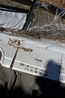 スキー客を乗せて横転した観光バス=長野県軽井沢町で2016年1月15日午前9時42分、宮間俊樹撮影