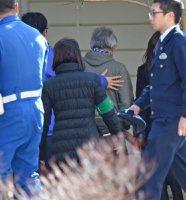 遺体安置所に向かう遺族ら=長野県軽井沢町で2016年1月15日午後1時37分、丸山博撮影