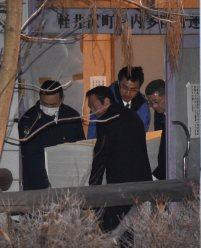 遺体安置所から自宅に戻るため運び出される犠牲者の棺=長野県軽井沢町で2016年1月15日午後4時49分、丸山博撮影
