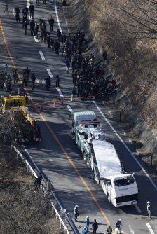 事故現場付近からレッカー移動されるスキーバス=長野県軽井沢町で2016年1月15日午後1時52分、本社ヘリから
