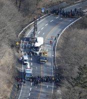 クレーン車で移動されるスキーバス(中央)。上と下は報道陣ら=長野県軽井沢町で2016年1月15日午後1時25分、本社ヘリから
