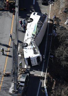 クレーン車で路上に移動されたスキーバス=長野県軽井沢町で2016年1月15日午後1時5分、本社ヘリから